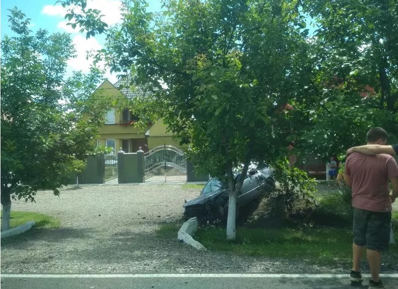 На Закарпатті трапилась моторошна ДТП: автівка злетіла у кювет поблизу житлових будинків (ФОТО), фото-3