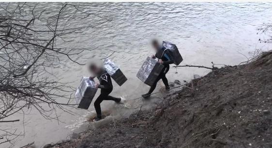 """""""Бобри"""" або  """"перемитники"""": як тютюнові контрабандисти на Закарпатті переправляють товар (ВІДЕО), фото-1"""