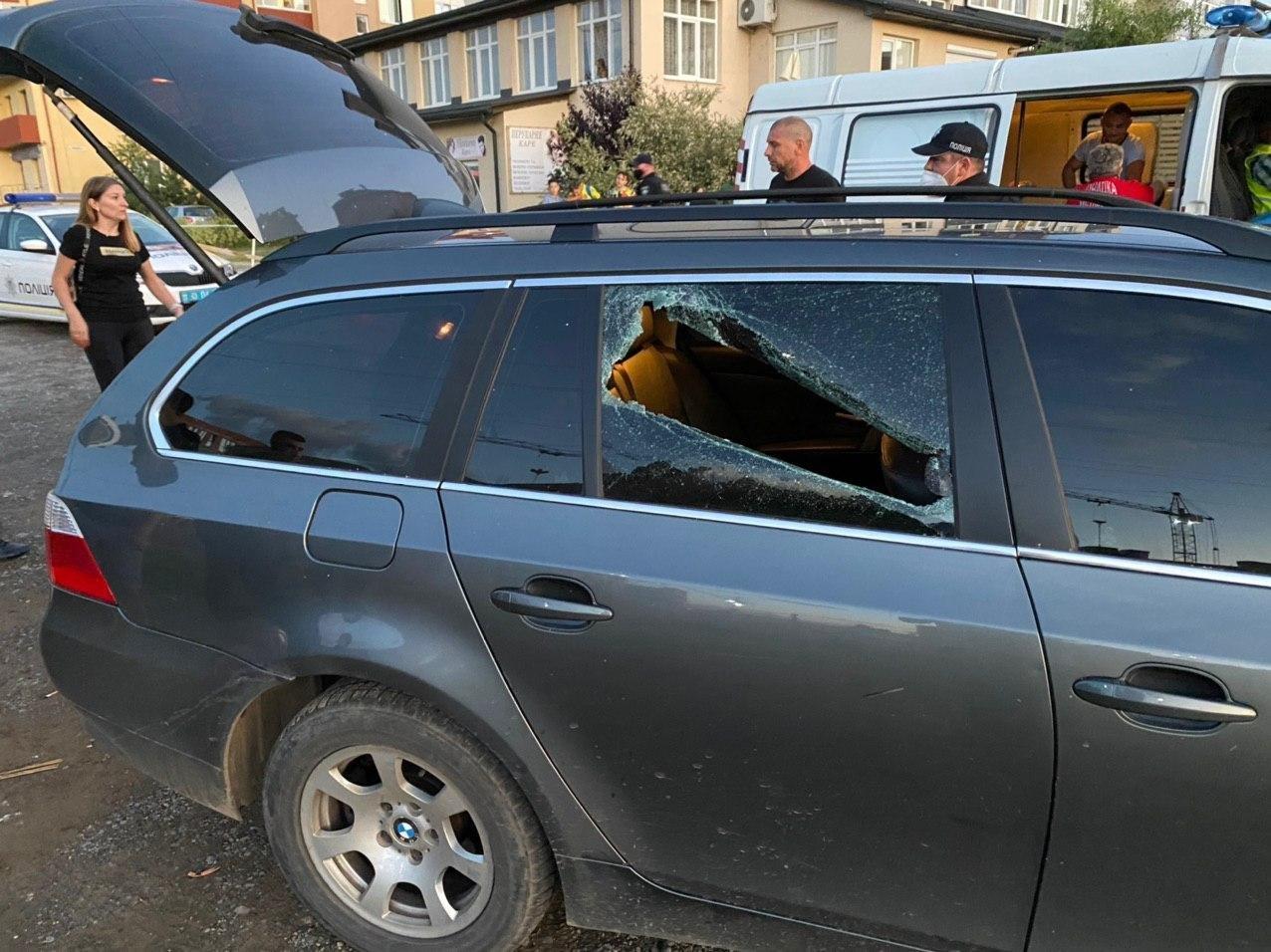 Стрілянина в Ужгороді: двоє людей поранені, нападника розшукує ...