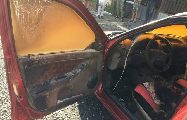 На Закарпатті згорів автомобіль «Lada Kalina»: зайнявся прямо біля будинку (ФОТО), фото-1