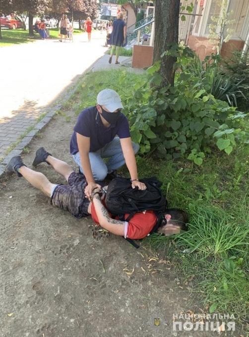 В центрі Ужгорода  затримали  чоловіка затримали під час продажу наркотичної речовини (ФОТО), фото-2