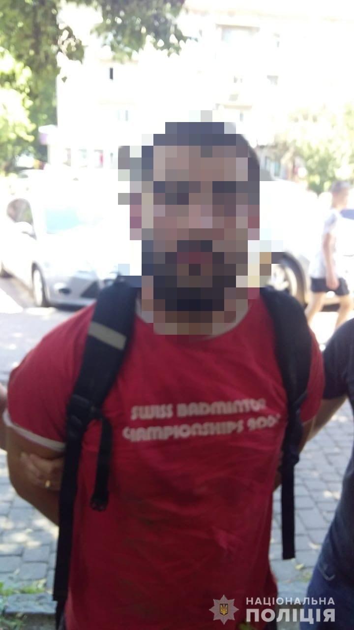 В центрі Ужгорода  затримали  чоловіка затримали під час продажу наркотичної речовини (ФОТО), фото-1