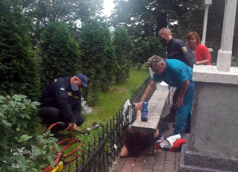 На Закарпатті рятувальникам довелось вивільняти жінку, яка наштрикнулась на огорожу (ФОТО), фото-2