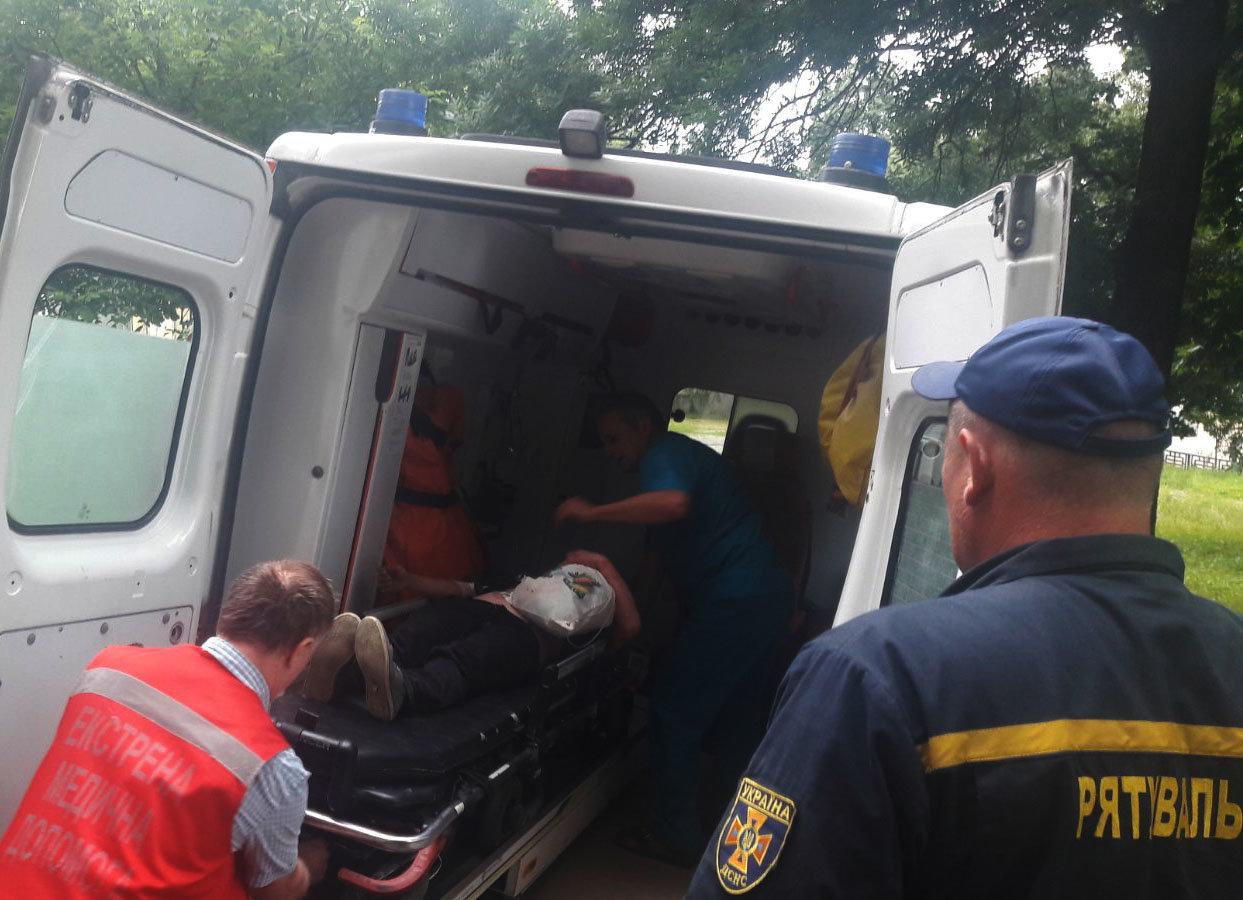 На Закарпатті рятувальникам довелось вивільняти жінку, яка наштрикнулась на огорожу (ФОТО), фото-3
