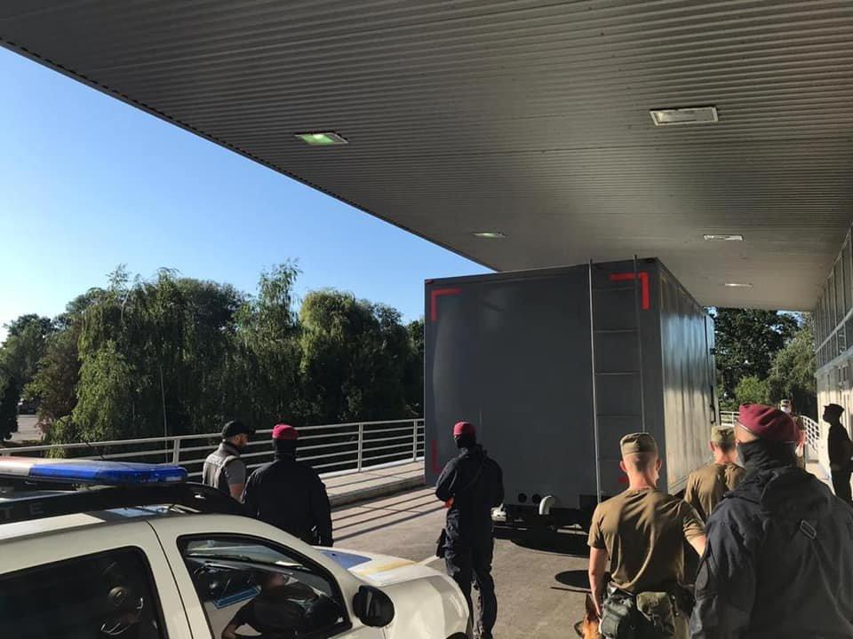 Закарпатські правоохоронці екстрадували до Угорщини двох небезпечних злочинців (ФОТО), фото-2