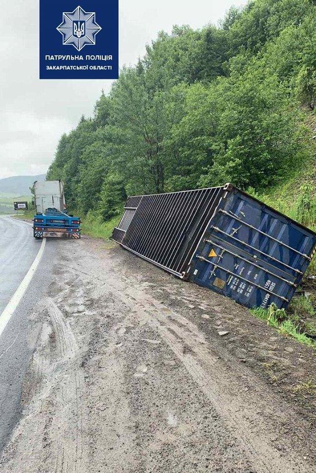ДТП на Закарпатті: причіп вантажівки опинився у кюветі (ФОТО), фото-2