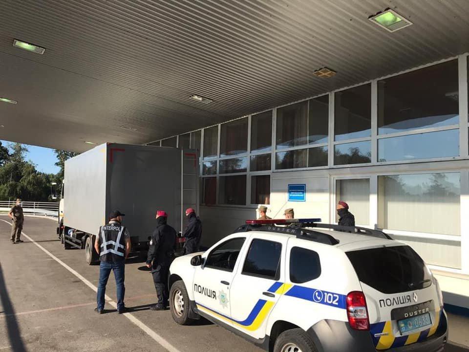 Закарпатські правоохоронці екстрадували до Угорщини двох небезпечних злочинців (ФОТО), фото-3