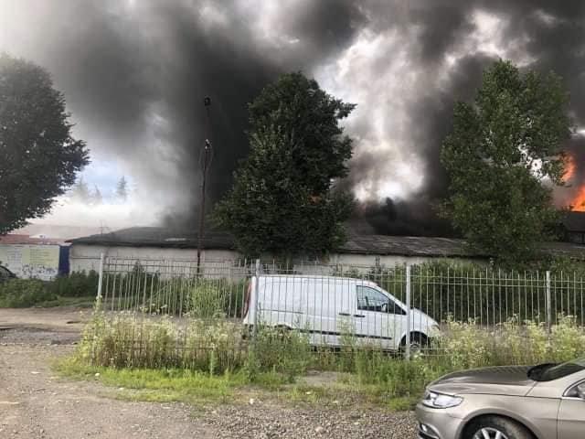 Масштабна пожежа у Хусті: палає місцеве підприємство, - соцмережі (ФОТО), фото-1