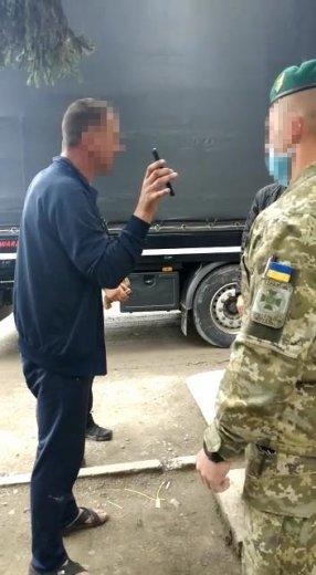 На Закарпатті п'яний далекобійник влаштував дебош на кордоні (ФОТО), фото-1