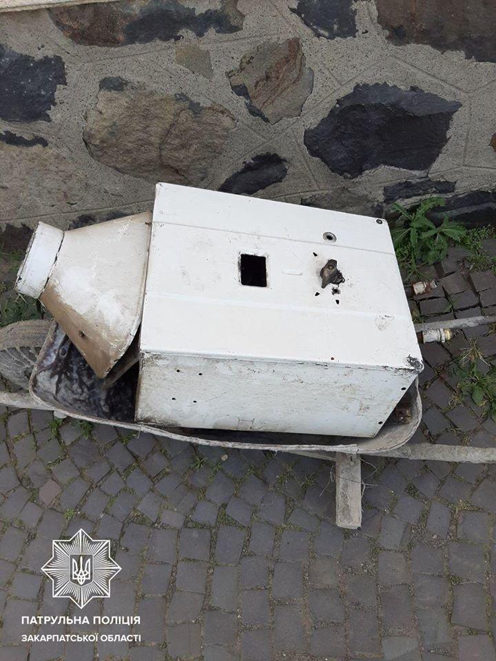 В Ужгороді патрульні затримали крадія, який з поцупленим перелазив через паркан (ФОТО), фото-2