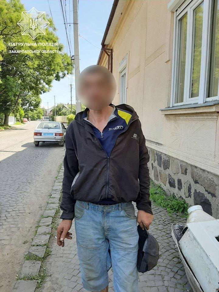 В Ужгороді патрульні затримали крадія, який з поцупленим перелазив через паркан (ФОТО), фото-1
