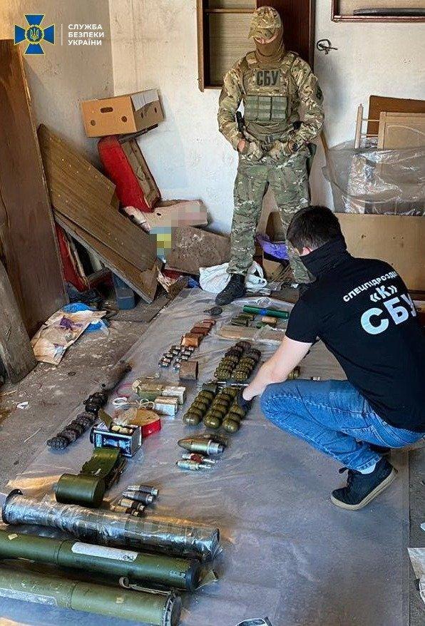 Вилучили цілий арсенал зброї: СБУ затримала банду, яка викрадала та катувала людей (ФОТО), фото-3