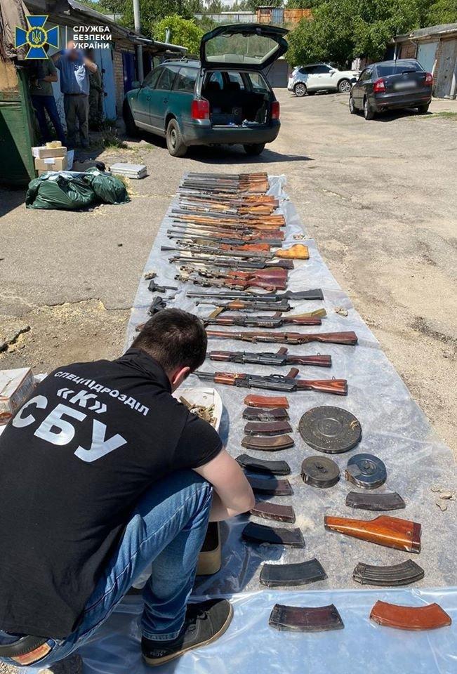 Вилучили цілий арсенал зброї: СБУ затримала банду, яка викрадала та катувала людей (ФОТО), фото-2