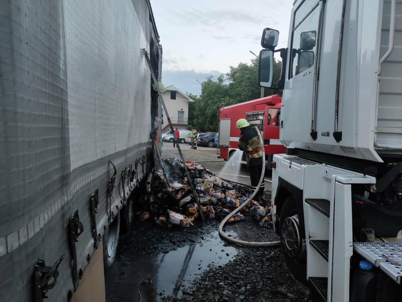 В Ужгороді палала фура: вогнеборцям вдалось приборкати пожежу (ФОТО), фото-2