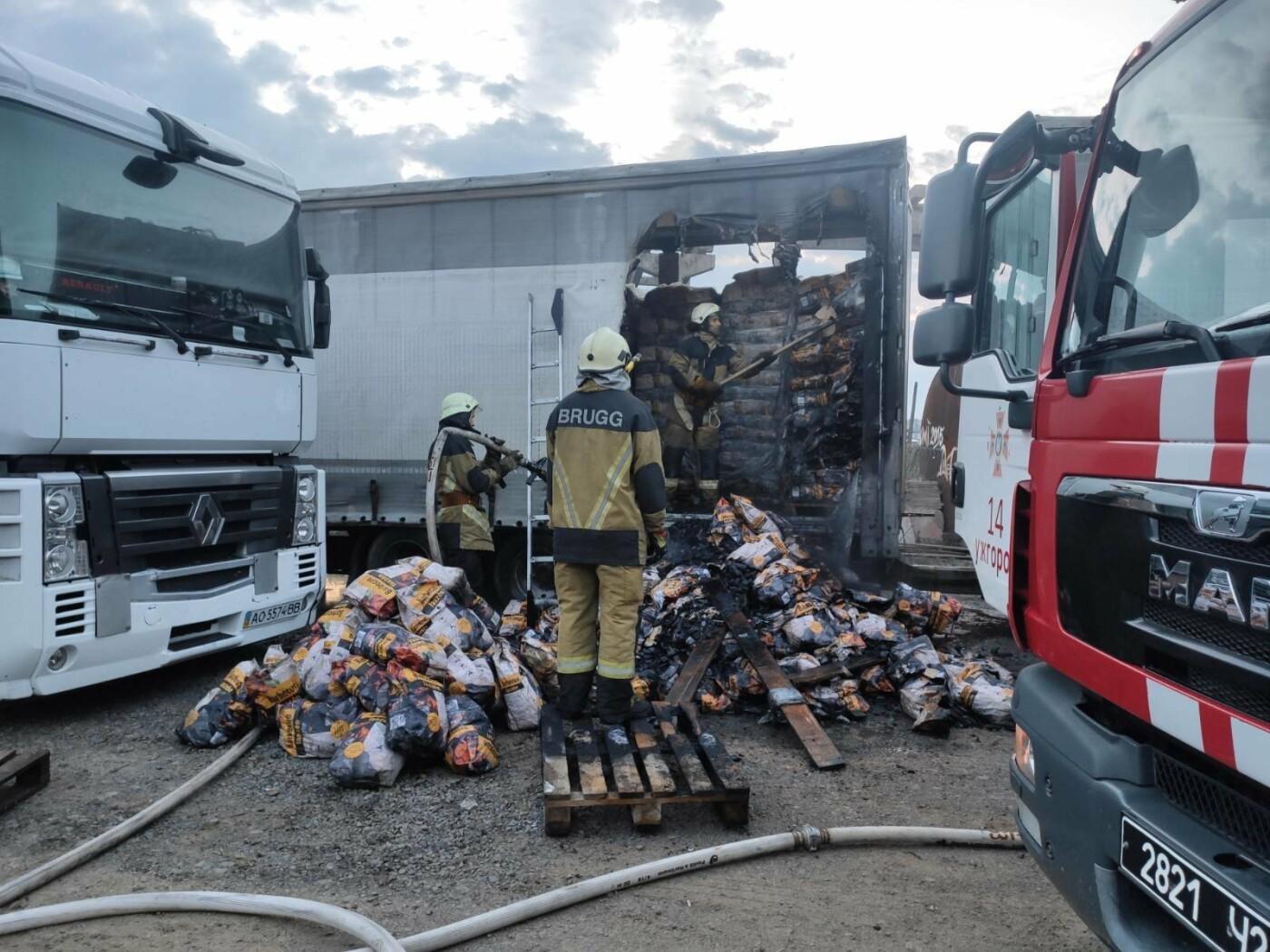 В Ужгороді палала фура: вогнеборцям вдалось приборкати пожежу (ФОТО), фото-1