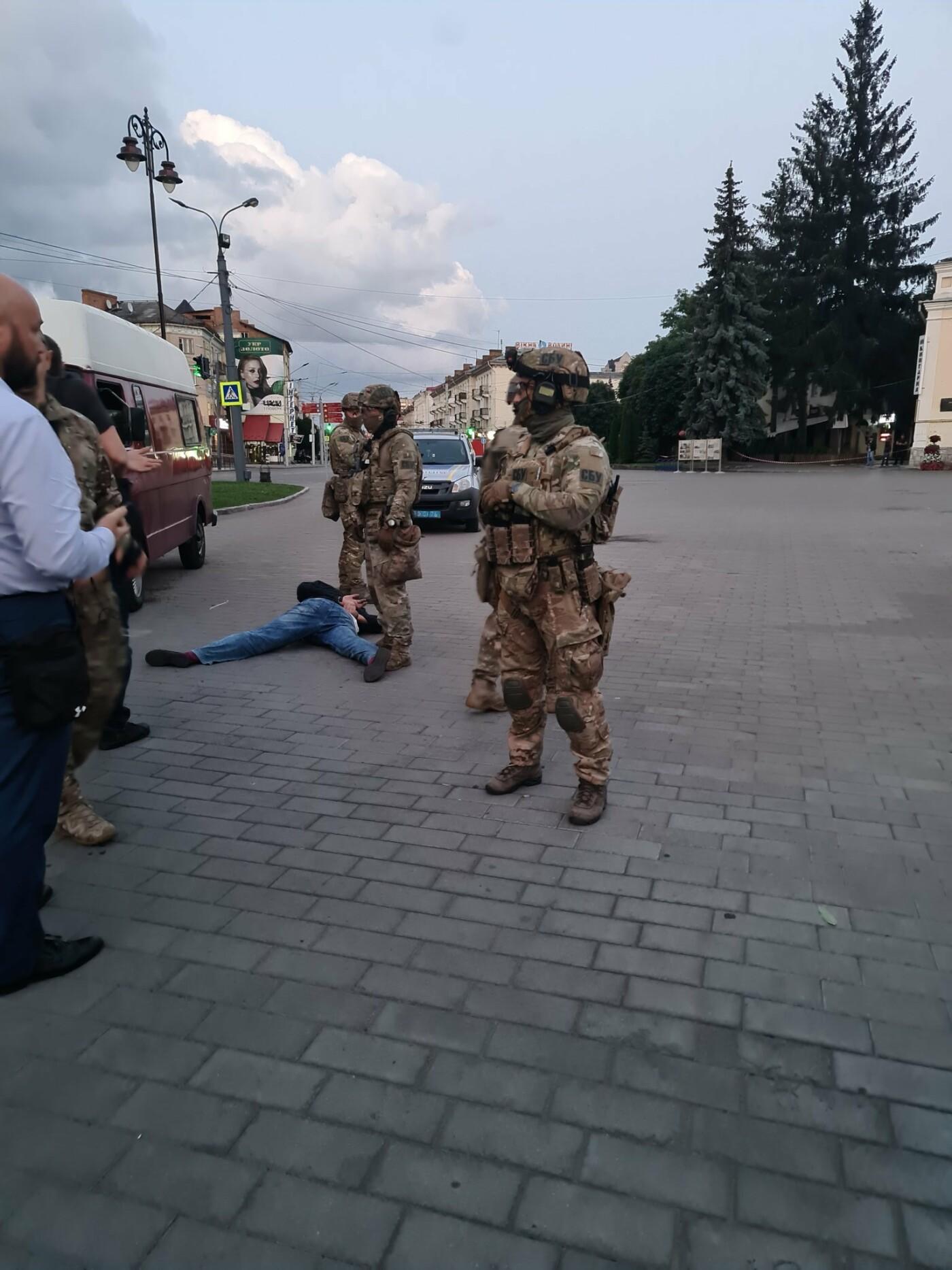 Захоплення людей у Луцьку: терориста затримали, з автобуса виходять заручники, фото-1