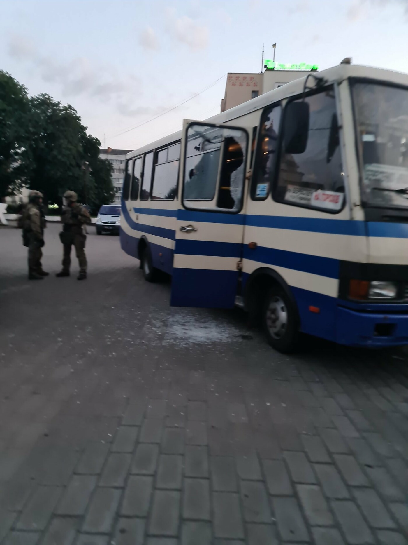 Захоплення людей у Луцьку: терориста затримали, з автобуса виходять заручники, фото-2