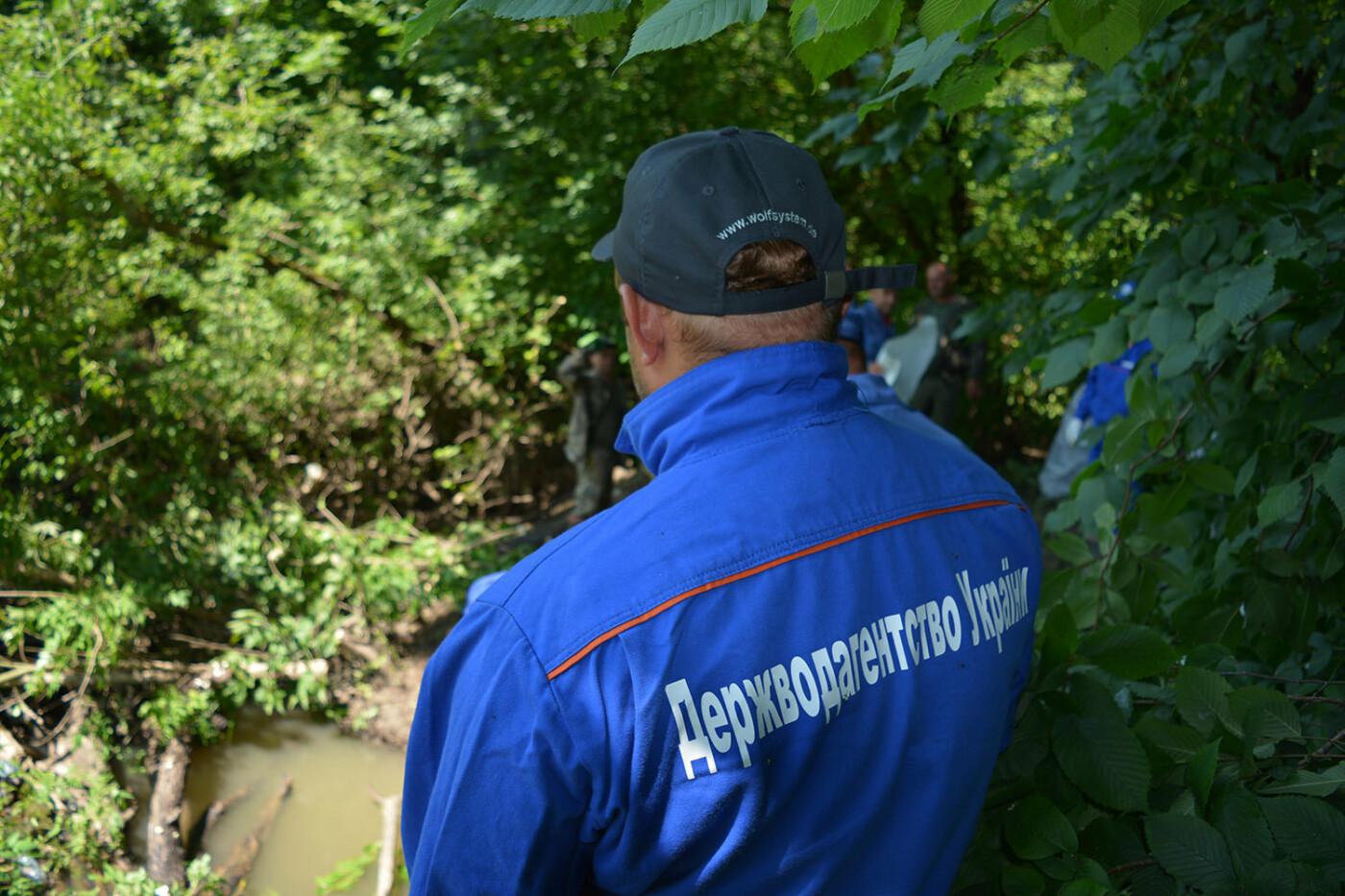 Наслідки паводків: на Закарпатті рятувальники розчищають річку Латорицю від сміттєвих заторів, фото-3