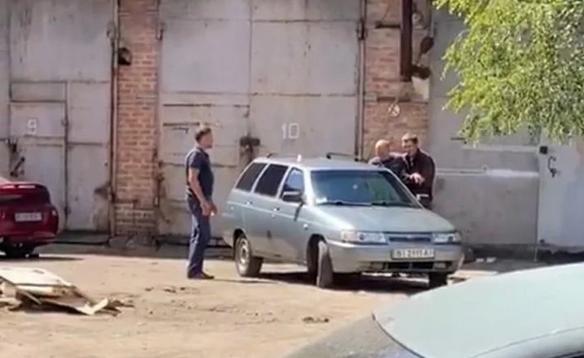 У Полтаві терорист погрожував підірвати гранату, взяв у заручники голову поліції та поїхав у бік Києва, фото-1