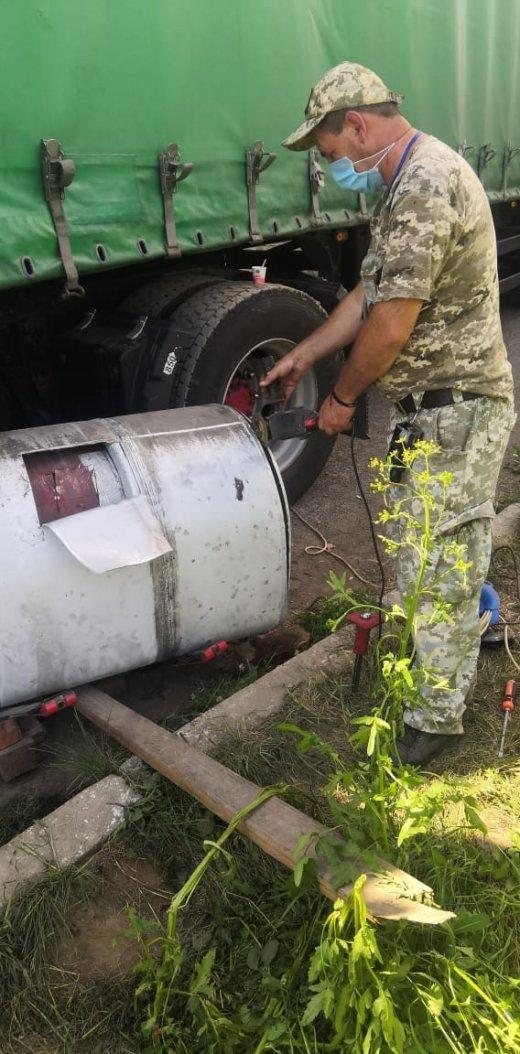 На Закарпатті прикордонники у бензобаках вантажівки виявили  понад 3 центнери бурштину (ФОТО, ВІДЕО), фото-2