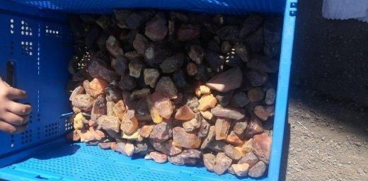 На Закарпатті прикордонники у бензобаках вантажівки виявили  понад 3 центнери бурштину (ФОТО, ВІДЕО), фото-3