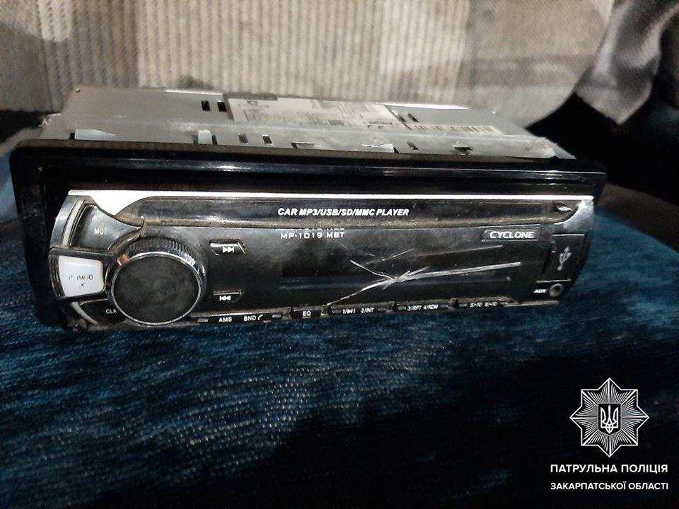 Став свідком крадіжки з власного авто: ужгородські патрульні розшукали крадіїв (ФОТО), фото-1