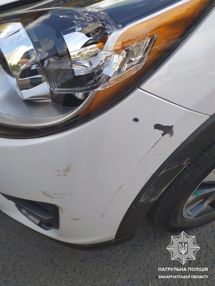 Пошкодив машину та поїхав: в Ужгороді шукають винуватця ДТП (ФОТО), фото-1