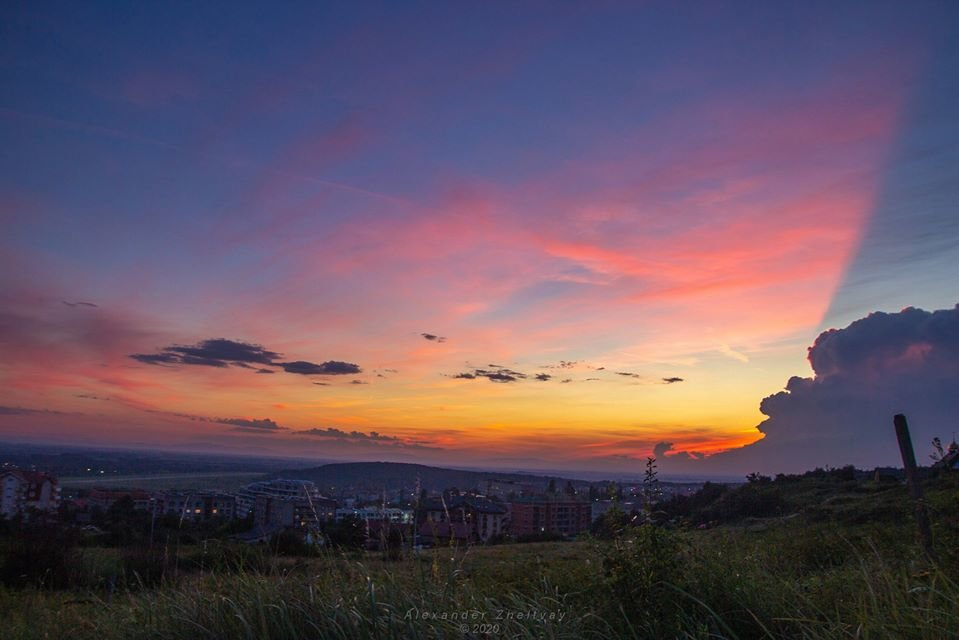 Фото дня: закарпатці спостерігали у небі оригінальний захід сонця, фото-2