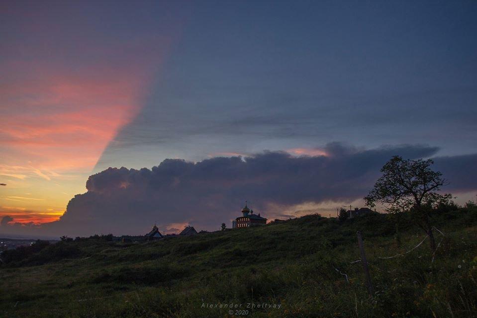 Фото дня: закарпатці спостерігали у небі оригінальний захід сонця, фото-4