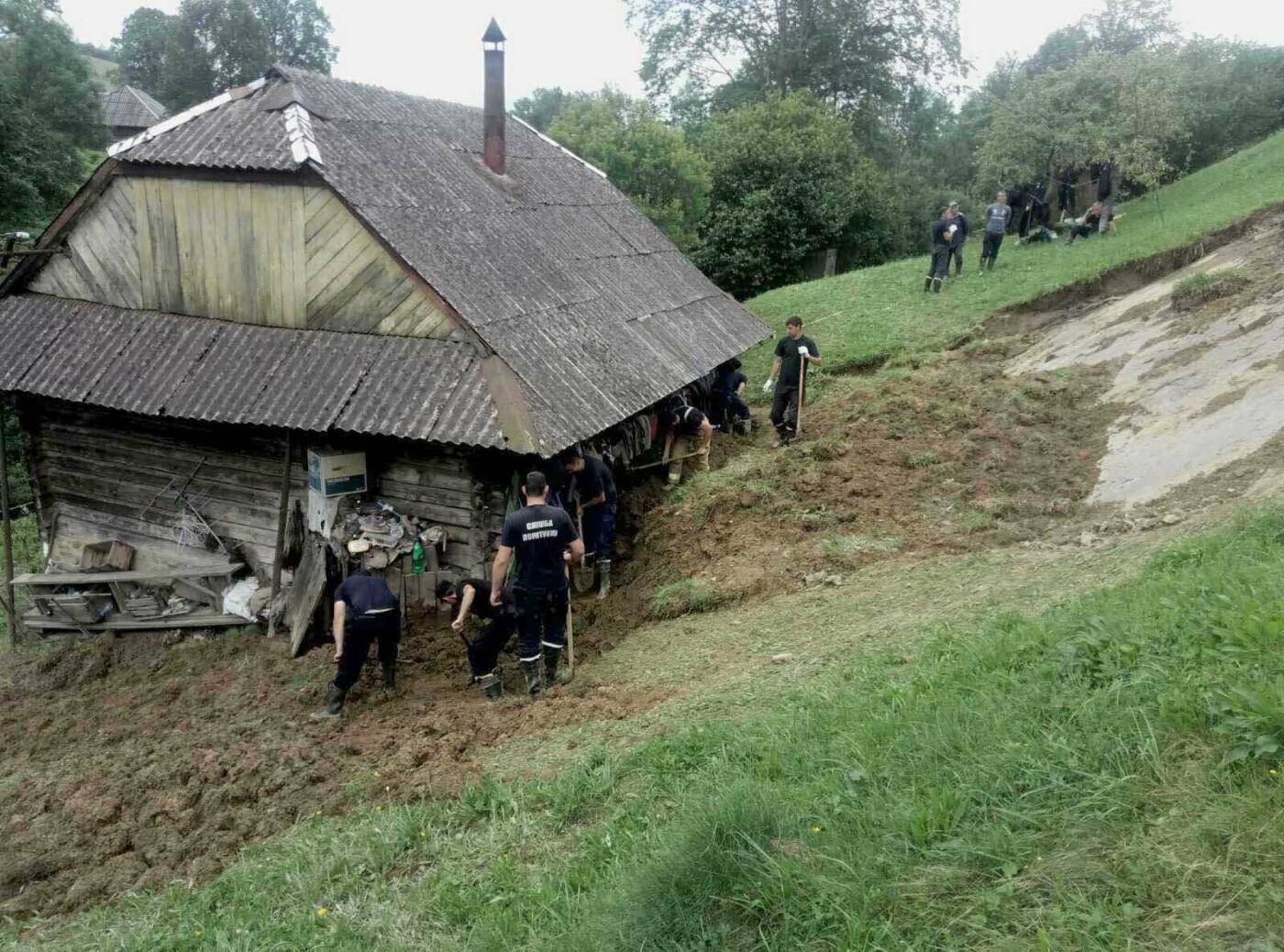 На Закарпатті рятувальники звільнили від величезної маси ґрунту будинок одинокого чоловіка (ФОТО), фото-2