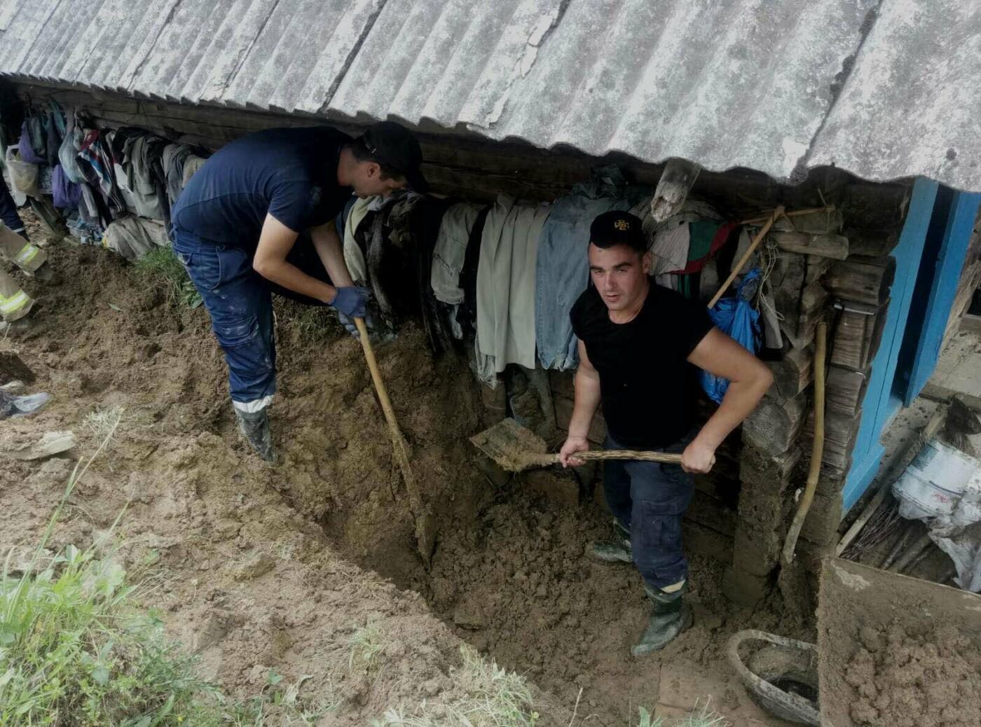 На Закарпатті рятувальники звільнили від величезної маси ґрунту будинок одинокого чоловіка (ФОТО), фото-4