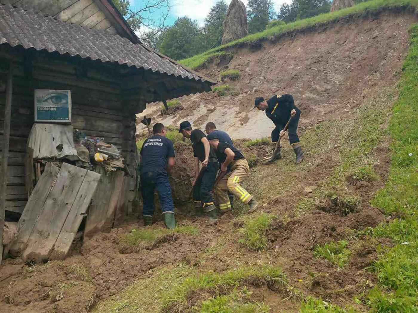 На Закарпатті рятувальники звільнили від величезної маси ґрунту будинок одинокого чоловіка (ФОТО), фото-1