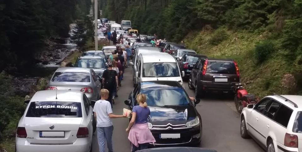 Карпати полонили туристи: на Синевир утворилися черги з авто (ФОТО), фото-1
