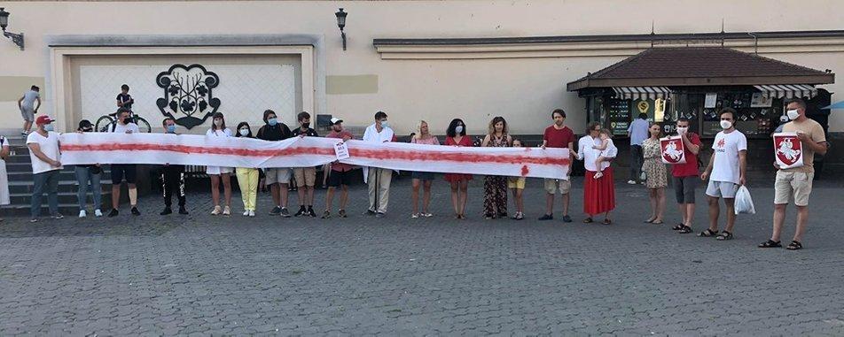 В Ужгороді на площі Театральній провели акцію «Жыве Беларусь» (ФОТО), фото-1