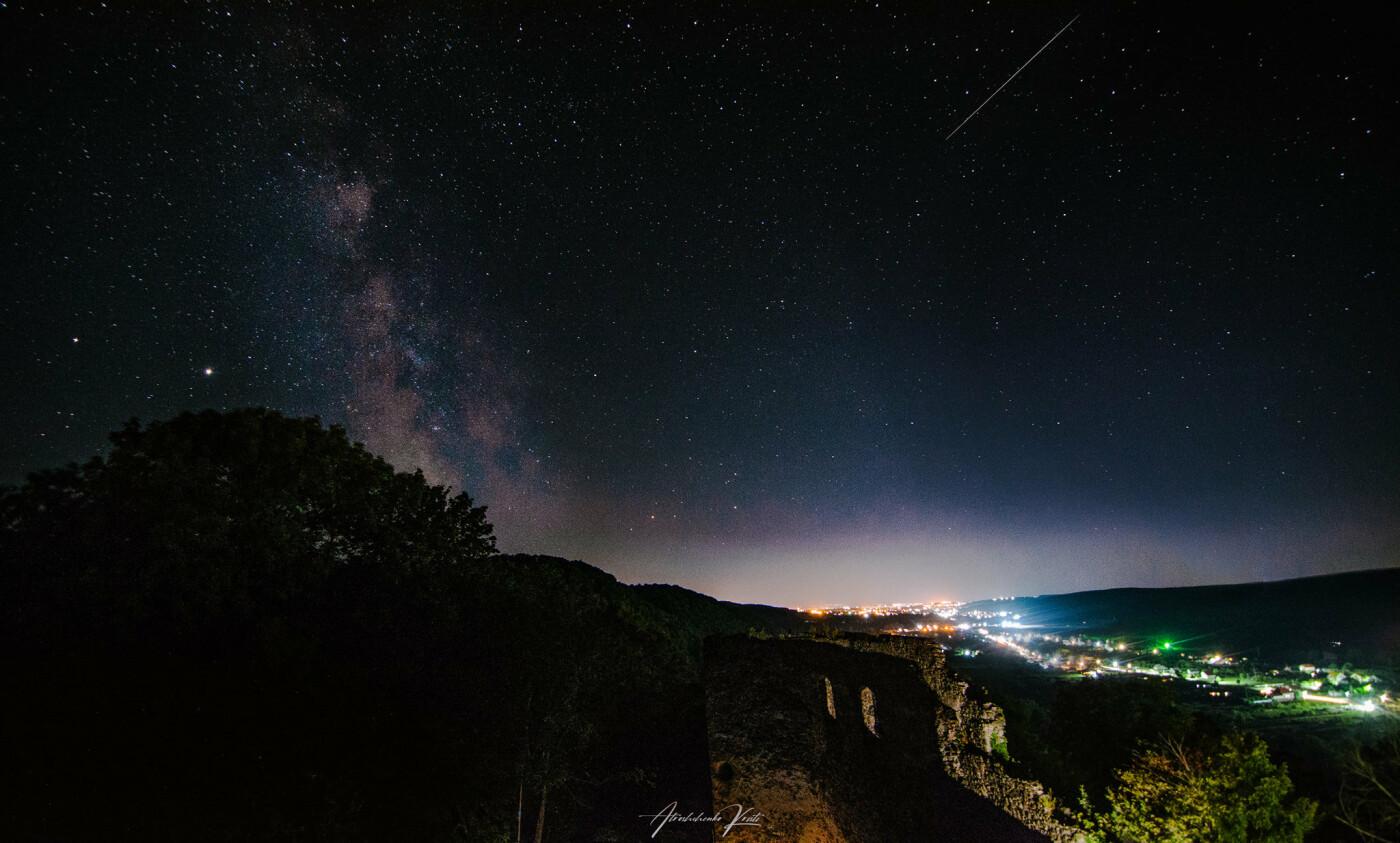 """Фото дня: над Невицьким замком фотографи """"ловили"""" зорепад Персеїд, фото-1"""