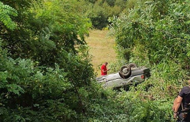 Авто злетіло з дороги та перекинулося, є постраждалі: ДТП на Виноградівщині (ФОТО), фото-1