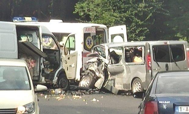 ДТП на Закарпатті: зіштовхнулися вантажний та пасажирський мікроавтобуси. Є постраждалі (ФОТО), фото-1