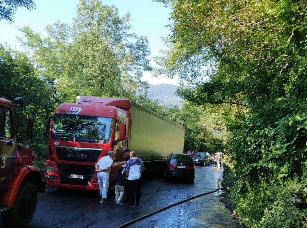 На Закарпатті зіткнулися вантажівка та легковик (ФОТО), фото-1