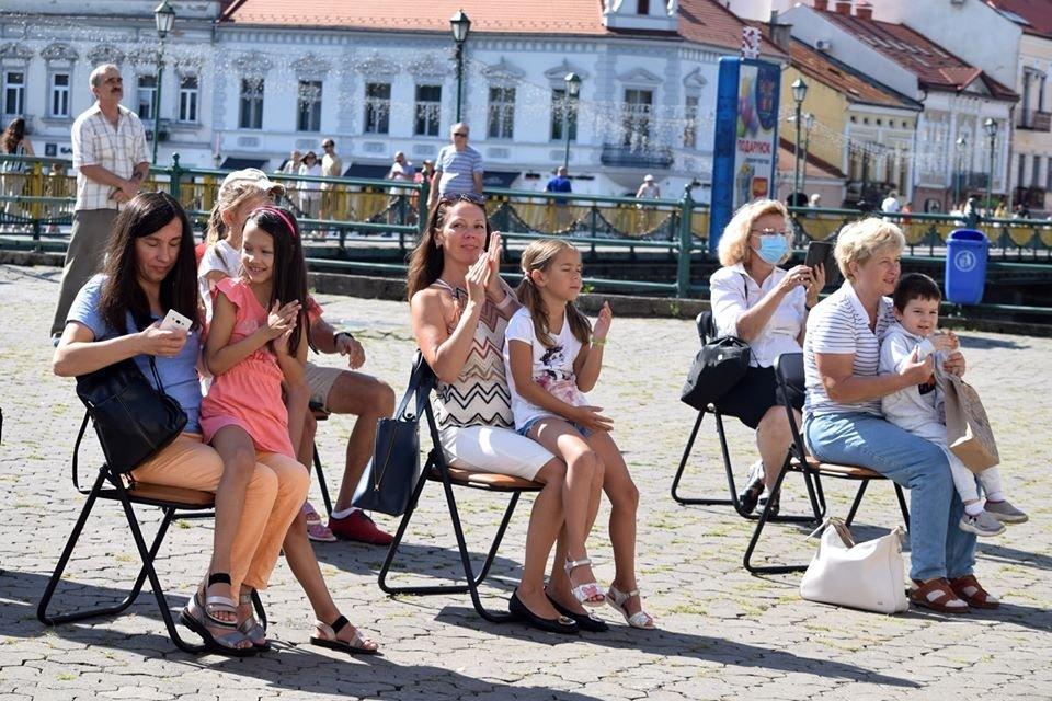 В Ужгороді віршами та пісняли вітали містян з Днем Незалежності (ФОТО), фото-3