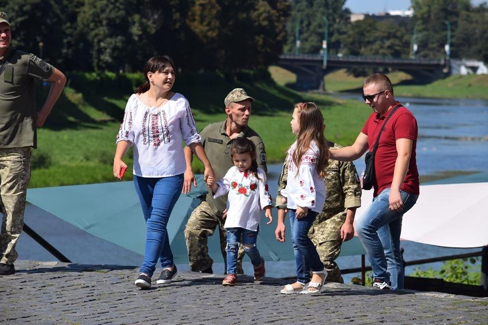 В Ужгороді віршами та пісняли вітали містян з Днем Незалежності (ФОТО), фото-5