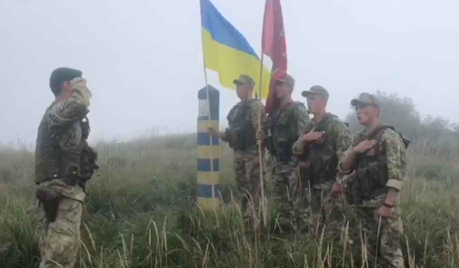 Україна – на висоті: Закарпатські прикордонники підняли державний прапор на горі Кінчик Буковський (ВІДЕО), фото-1