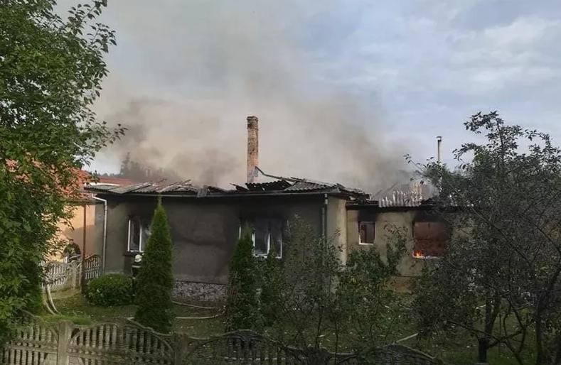 8 дітей залишились без даху над головою: на Закарпатті у родини священника згорів будинок, фото-1