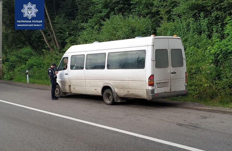 Патрульні проводять перевірку дотримання протиепідемічних вимог у закарпатських автобусах, фото-1