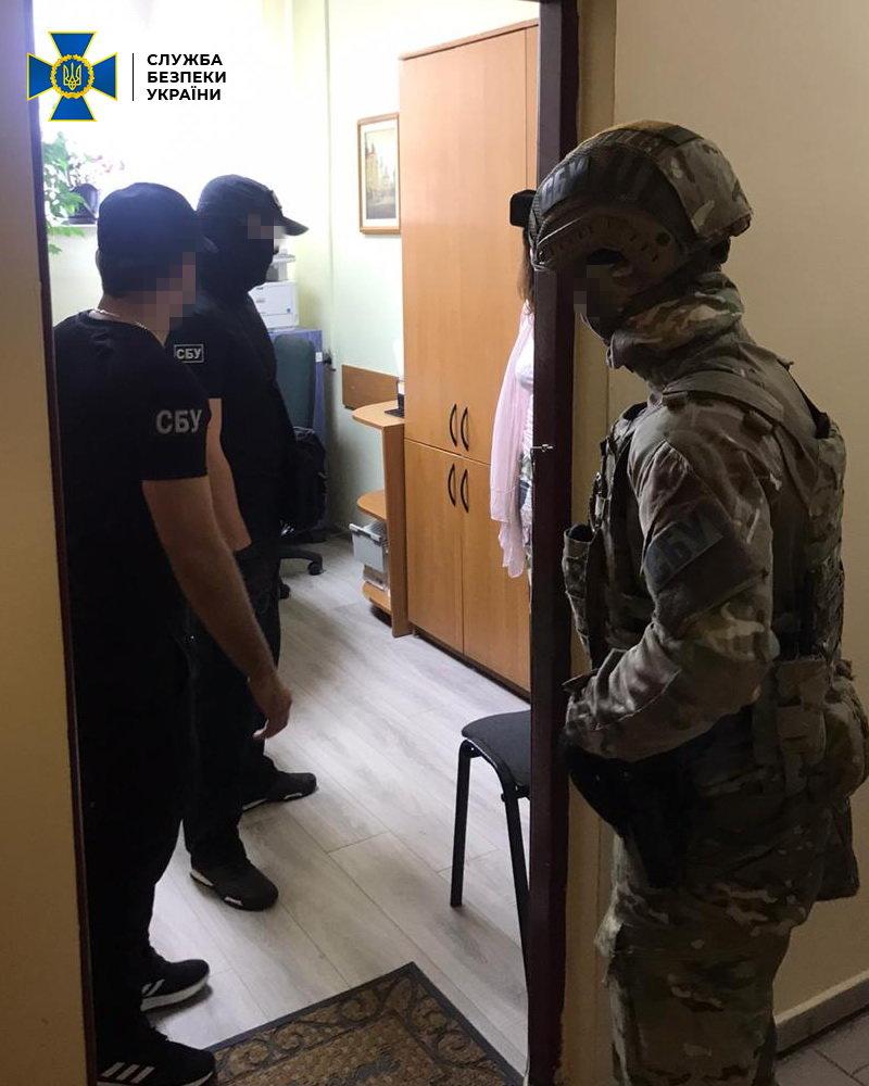 ОФІЦІЙНО: СБУ про затримання посадовця міграційної служби на отриманні хабарів на Закарпатті, фото-4