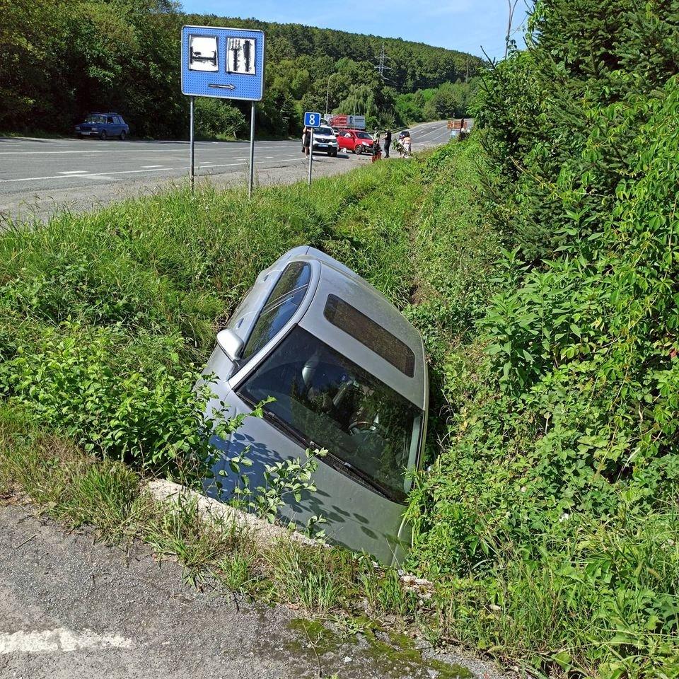 Автівка опинилась у кюветі: поблизу Ужгорода трапилось ДТП (ФОТО), фото-1