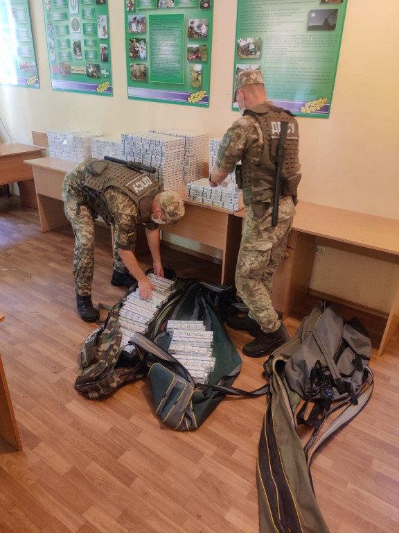 Маштабна знахідка: на Закарпатті, біля кордону, знайшли рюкзак та дві сумки наповнені цигарками (ФОТО), фото-1