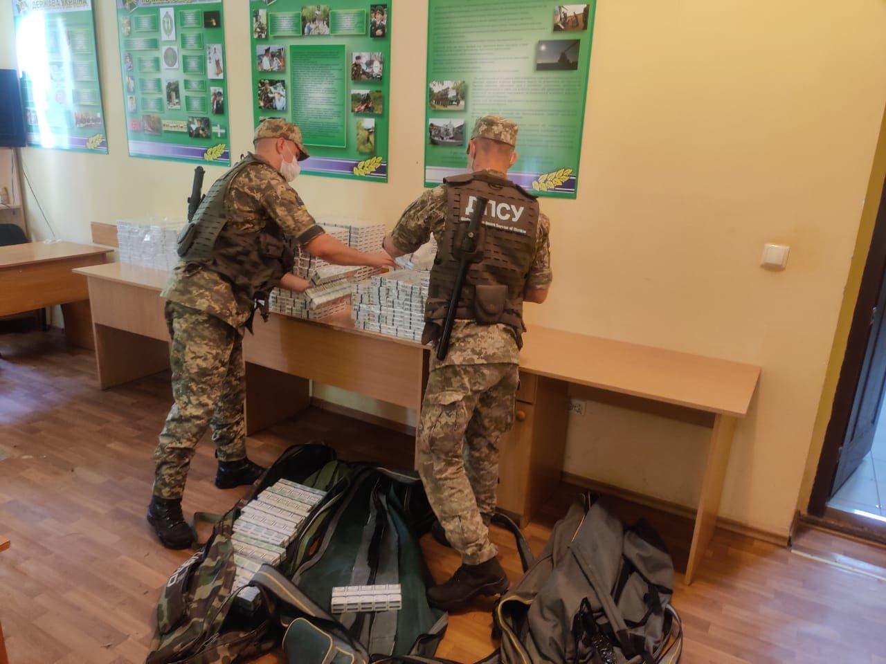Маштабна знахідка: на Закарпатті, біля кордону, знайшли рюкзак та дві сумки наповнені цигарками (ФОТО), фото-2