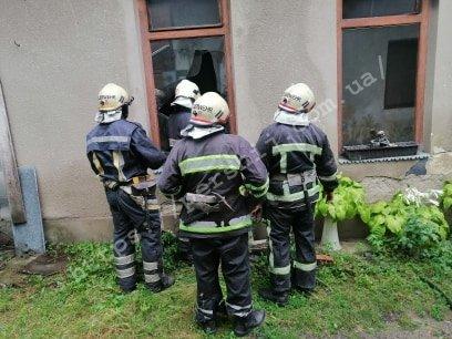 На Закарпатті трапилась пожежа: сусіди винесли із квартири непритомного чоловіка (ФОТО), фото-4
