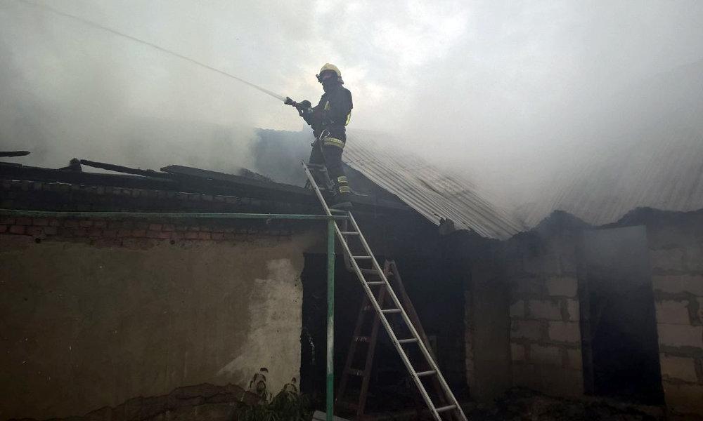 Рятувальники приборкували пожежу на Мукачівщині - горіли дві надвірні споруди (ФОТО), фото-1
