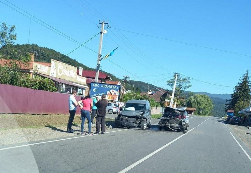 Страшна ДТП на Закарпатті: одна з автівок перетворилась на купу металобрухту (ФОТО), фото-1